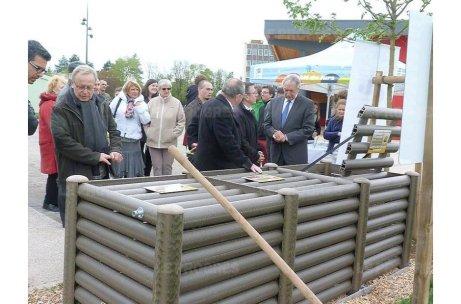 Inauguration du premier composteur collectif à Lons le Saunier avril 2016